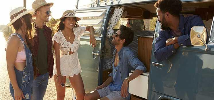مجموعة من الاصدقاء يتجولون في شاحنتهم تحت أشعة الشمس